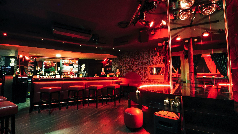 Bar-Lounge-mit-Stange-dc6190a4
